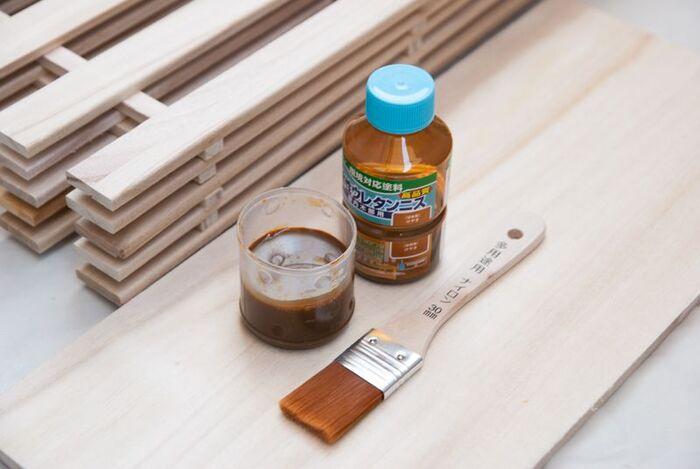 材料のほとんどを100均で揃えて作るキャスター付きシェルフ。100均で買えるグル―ガンを使ってパーツをくっつけるから、釘を使わず安心です。