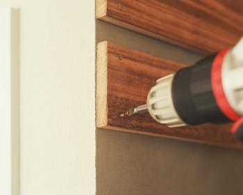 壁の奥行きに合わせてすのこをカットし、ペイント。真鍮のネジで壁に取り付けたら、味わいのあるインテリアになります。