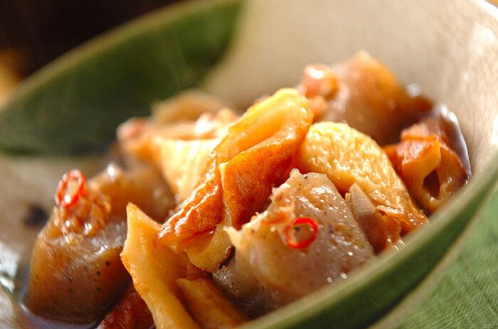 ちくわとこんにゃくだけで作る、簡単煮物。ちくわから出る風味とごま油・赤唐辛子で本格的な味わいを楽しめます。こんにゃくは、熱湯で茹でることで臭みが消えてぷりっとした食感に。