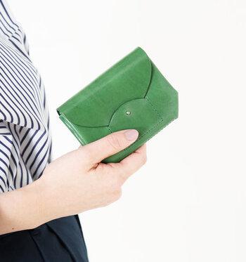 艶やかになめされた牛革でできた美しいお財布です。アートな雰囲気さえ漂うのは最小限に抑えられた縫製のお陰。革本来の質感を楽しめます。