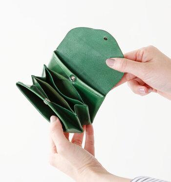 パカっと開ければ、中は蛇腹のようにポケットがいっぱい。お札は二つ折りにして畳んで入れます。一番手前は小銭入れです。