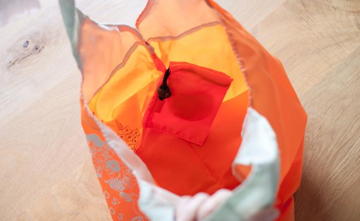 畳んでコンパクトに持ち運べます。専用の袋は内側に縫い付けてあるので、なくしてしまう心配もありません。お買い物の時はもちろん、サブバッグ使いもおすすめです。