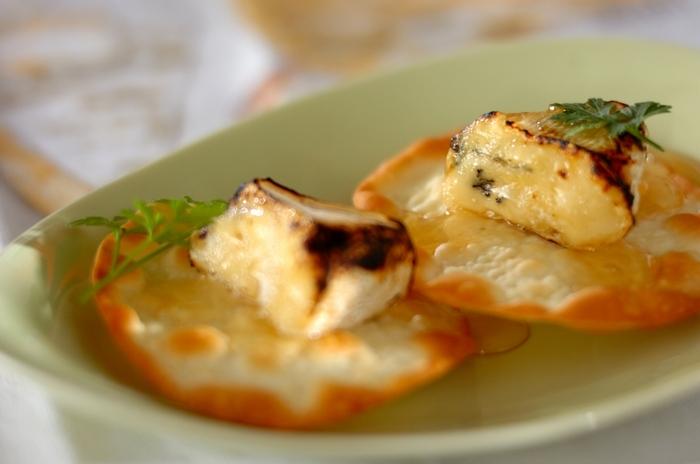 カマンベールは、はちみつとの相性も抜群。こちらは、カマンベールを炙り、こんがり焼いた餃子の皮にのせて、はちみつをかけています。もちろん、クラッカーなどにのせてもいいですね。塩気と甘みが絶妙に調和します。