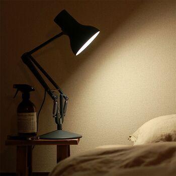 工業用照明を、よりシンプルでエレガントに改良したアングルポイズ。機能性とデザイン性を兼ね備えたライトは、枕元近くに置いても◎。存在感が際立ちますね。
