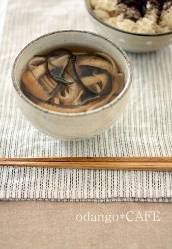 塩昆布やおろし生姜などの材料をお椀に入れてお湯を注ぐだけ。だし不要&即席でできるので、いつでも作れます。お汁+生姜のぽかぽか効果で、寒さに凍える体をいたわりましょう。