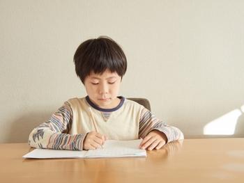 正しい姿勢で書くことは、美しい文字を書くための基本中の基本です。  机と体の間をこぶし一つ分あけ、両足はしっかりと床につけ、背筋をまっすぐ伸ばして座ります。  右利きの方は、右胸の前あたりで書くように気を付けると、まっすぐ書いていけます。