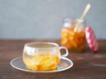 金柑を切って、はちみつ漬けにするだけ。パンに塗ったり、そのままでもおいしいですが、お湯を注いで金柑茶として楽しむのもおすすめ。寒い朝などに体を温めてくれます。