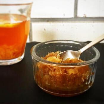 トーストにのせたり、紅茶に入れたり、またお菓子作りや生姜焼きなど料理に使ったり。なにかと便利な生姜ジャム。生姜の食感が欲しい方は、おろし生姜をベースに、一部を千切り生姜にするのもいいかもしれませんね。