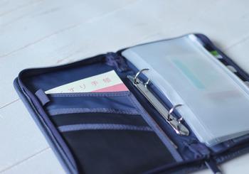 こちらは無印良品のパスポートケースを母子手帳ケースと使うアイディア。バインダーやカートケース付きなので、母子手帳や領収書など、どんどんしまうことができますよ。