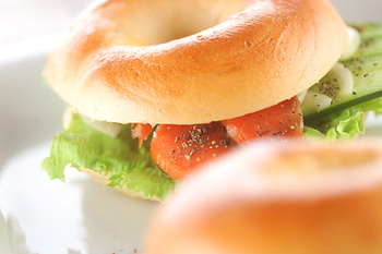 もっちりどっしりとした食感のベーグルは、生地をゆでる工程が入るのが大きな特徴。バター・卵・牛乳を使わず、噛み応えもあるので、ヘルシーでダイエット中にもおすすめのパンです。横にスライスして、クリームチーズなどを塗ったり、肉やスモークサーモンを挟んで食べます。