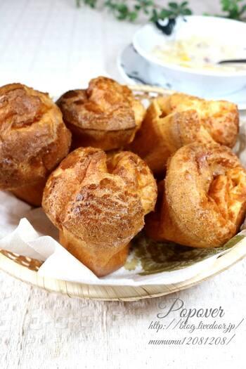 ポップオーバーは、アメリカ・ハワイ生まれの発酵要らずのパン。作り方が簡単なことと、シュー皮のような香ばしさが好まれています。生地に抹茶やココアなどを入れて、アレンジを加えやすいのも人気の理由のひとつです。