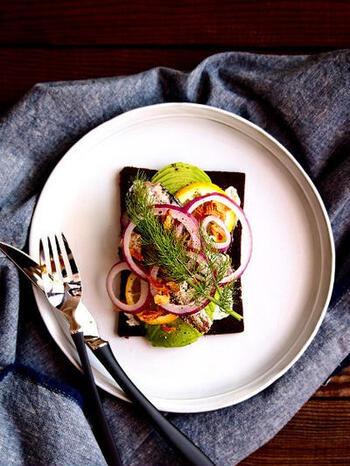 モーブローの具材は、肉や魚介、ハム、野菜などバリエーション豊富。黒パンが食材のカラフルさを引き立てます。具材が多くのるように、本場ではパンを斜めに切って断面を広くするそうです。