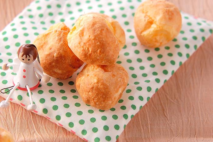"""ブラジルのミナスジェライス州が発祥とされるポンデケージョは、ポルトガル語で""""チーズパン""""の意味。もちもち食感が特徴。キャッサバの根茎からできるタピオカ粉で作られます。タピオカ粉は、白玉粉でも代用可能です。"""