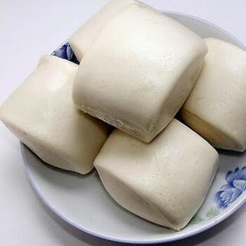 饅頭は、小麦を発酵させて蒸す中国伝統のパン。いまでは、肉まんのように中に具を入れたものは包子(パオズ)と呼ばれ、何も入っていないものを饅頭といいます。