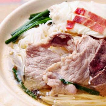 過橋米線(かきょうべいせん)は、中国雲南省の麺料理。ぐつぐつ煮込まれたスープが運ばれ、その中に雲南省の麺として知られる米線(ライスヌードルの一種)や野菜・中国ハムなどを自分で入れて加熱しながら食べます。写真のレシピでは、ビーフンを使っています。