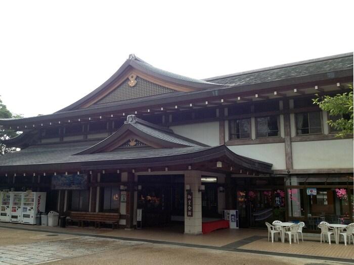 "JR京都駅からJRバス高雄・京北線に乗車し約40分の場所にある「御室会館」は、心身ともに健全な青少年を育成することを目的に誕生した宿坊。宿泊者は、重要文化財の黒書院や霊明殿などからなる""仁和寺御殿""を無料で拝観することができます。"