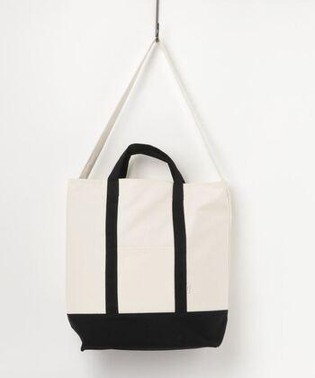 「collex」のトートバッグは、コットン100%のシンプルな見た目ですが、実は内側が保冷加工されているので、肉や魚、冷凍食品などの持ち運びに便利です。短めのハンドルと長めのストラップ付きなので、荷物が多い時はショルダーとして使うことができます◎