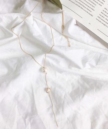 チェーンタイプのY字ネックレスもおすすめです。シンプルなY字デザインは、普段使いからオケージョンシーンまで、幅広く使えます。華奢なチェーンのおかげで上品な雰囲気に。控えめに輝く2粒のコットンパールが、程良いアクセントになってくれます。