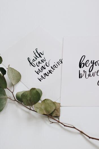 カードやお手紙に添えるメッセージなど、ローマ字を使ってアートのように気持ちを表現できたら素敵ですよね。「カリグラフィー」は手書きならではの温かさが伝わる、アーティスティックな習い事です。