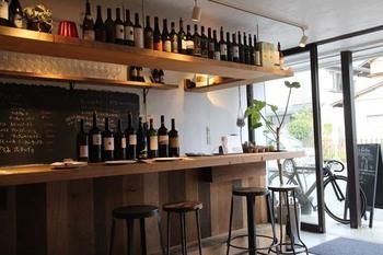 鶴岡八幡宮の正面から右手、金沢街道沿いにある前面ガラス張りの開放的なイタリアンレストランが「ピユ フォルテ」です。下北沢の人気店「cuore forte」の姉妹店だそう。
