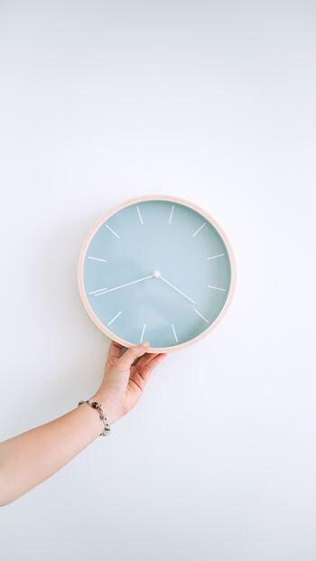 壁掛け時計を変えるだけで、部屋の雰囲気ががらっとかわることってありますよね。シンプル系であればなじみやすく、個性的であってもOK、自由に選べるインテリアアイテムのひとつです。選び方のコツからアイテムまで幅広くご紹介します。