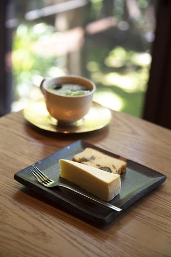 窓から差し込む光、暖かなストーブ、挽きたてのコーヒーの香り。一杯一杯丁寧にドリップしたコーヒーで、ホッと一息つくことができます。  「石かわ珈琲」ではコーヒーと共に自家製のケーキもいただくことができます。画像はレアチーズケーキと、パウンドケーキ(ケーキは日替わり)。どのケーキもコーヒーにマッチする味わいで、ついついオーダーしてしまう人が多いそう。