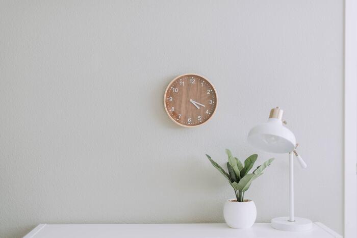 掛け時計を選ぶ際にはポイントがあります。まずは、簡単に時計の種類を知っておきましょう。アナログやデジタルなど表示の違いのほか、時刻合わせの方法にも違いがあります。その他、インテリアにマッチするデザインかどうかも意識しましょう。あらかじめお部屋を見渡して、時計の色合いやデザインをイメージしておくといいでしょう♪