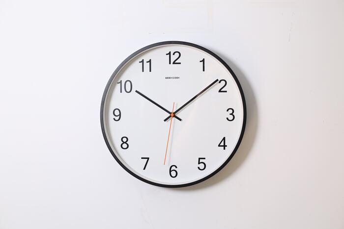 時計の時刻合わせに関わってくるのが、クォーツ時計と電波時計の違い。クォーツ時計は、手動で時刻合わせが必要ですが、電波時計は、電波を受信して自動で時刻を修正してくれます。ちなみに、クォーツ時計は機械式時計と比較されることも。クォーツ時計は水晶振動子を利用したしくみで、精度が良く時刻が狂いにくいと言われています。