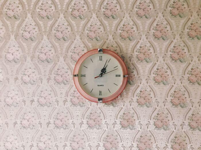 壁掛け時計の難点は、掛けるときに壁に穴が開いてしまうこと…。また、掛ける場所によって、壁や時計が傷んでしまうケースもあるので、まずは時計の取扱説明書をよく読みましょう。  賃貸住宅の場合は、壁にダメージを与えないフックを探してみましょう。抜いたときに中に押し込まれていた壁のクロスを引き戻すことで目立たなくするフックや、ホッチキスの小さな穴だけでダメージが済むフックなど、便利グッズも色々あります。しっかりと安全に時計を掛けられて、かつダメージが最小限で済むアイテムを探してみて。