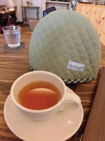 コゼーにくるまれたポットで紅茶はいつもホカホカ。茶葉もダージリンからスパイスティーまで多彩に揃って。