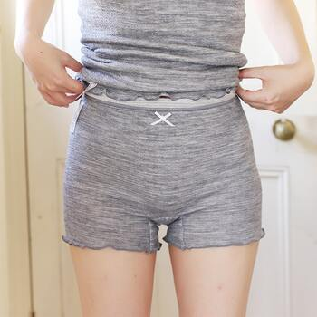 内側にシルク、外側にウールを使ったショーツです。そのまま直に履くことができます。1分丈だから足回りに締め付けが無く、暖かい。