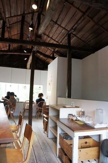 カフェは2階に。大小のテーブル席と目黒通りを見おろすカウンター席の計21席。