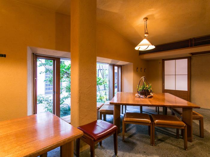 両国で近年注目を集め続けるそば屋といえば、「ほそ川」。日本各地に最高の食材を求め、最高の状態でお客に提供する。とにかく店主の料理にかける情熱が素晴らしいお店。上品な和モダンな雰囲気の店内は、照明も柔らかく落ち着いた雰囲気。食材へのこだわりゆえ、季節限定の料理が多いのも特徴で、来るたび新しい食体験が期待できます。
