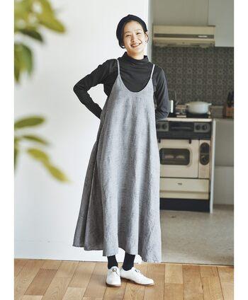 シルエットがきれいで誰でも着こなしやすい長め丈。ソックスやシューズとの組み合わせも楽しめます。