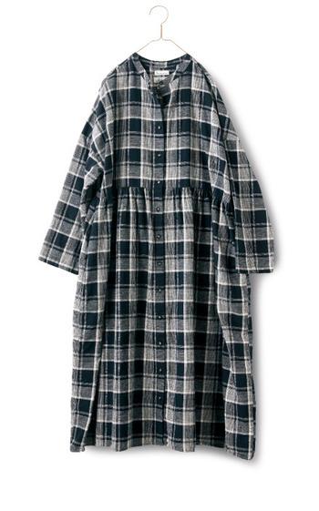 チェック柄のワンピースは、ゆったりサイズをラフに着るとおしゃれです。小物の合わせ方で印象がガラッと変わりますよ。