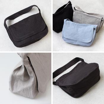 リネン100%のブラックバッグは軽やかで、重たい印象になりません。優しい風合いを持っているので、ナチュラル派さんにもぴったり!