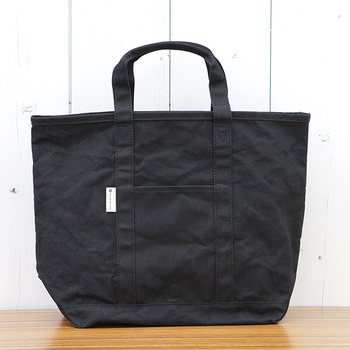 ノートや書類など散らかりがちな荷物がきれいに整うのが、厚みのあるかっちりとしたキャンパス生地のブラックバッグ。パラフィン加工が施されたものなら、ハリ感と独特の風合いが◎♪