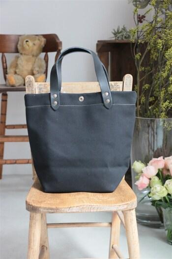 持ち手の部分に革を使ったブラックバッグは、ちょうどいいきちんと感が感じられるデザイン。そのままで自立する頑丈さも魅力です。