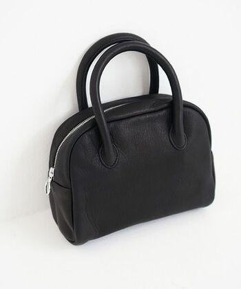 使っていくほど味わいが増す革素材のブラックバッグは、持つだけで上品で洗練された大人の雰囲気を演出。力強い中にもエレガントなディアレザーは柔らかく、デイリーバッグに最適です。