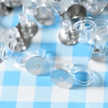 ピアスのように見える樹脂製のノンホールピアスパーツも人気があります。  樹脂製なので、金属アレルギーのある人でも安心です。