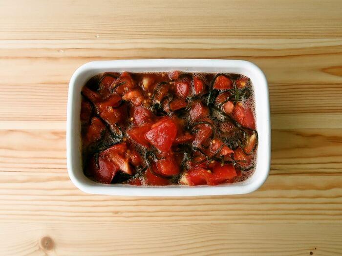 トマト、塩昆布、レモン果汁で作る「トマトの塩昆布レモン漬け」。作り立ても美味しいけれど、冷蔵庫でよく冷やすと、より美味しいので、昼に作っておくのも◎。そのままいただく他、サラダのドレッシングや、冷奴、そうめん、冷製パスタにかけたり、グリルした肉や魚のソースに使ったり、色々と使えるので週末にたっぷり作っておくのも良いかも。