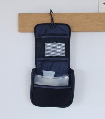 最大の特徴は、一見ポーチに見える収納ケースをそのまま壁に吊るすことができること。ホテルの洗面周りは狭く、細々した洗面用品の置き場に困ってしまいがちなので、これは便利♪