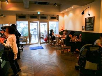 次つぎに焼き上がるパンをイートインで召し上がるお客さん多し。カフェは室内とテラス席合わせて20席。