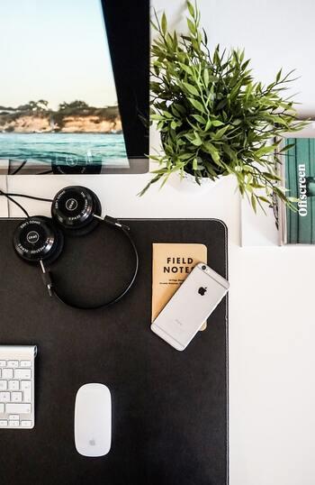 ホテルのお部屋に必ずあるデスク。ついスルーしてしまうようなデスクから、「自分の書斎ならいいのに!」と思うような素敵なデスクとの出合いもありますよね。お気に入りのアイテムをプラスして、まるで自分の書斎かのような素敵なデスク周りにしませんか?