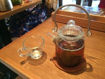 神楽坂 茶寮のお茶は、全てポットで提供されます。注ぎ湯もOKなので、たっぷりお茶をいただけますよ。ほうじ茶に玄米茶としょうがをブレンドした「しょうがほうじ茶」は、食事との相性もバッチリ◎消化を助ける作用があるといわれています。スイーツと一緒にいただくなら、「ほうじ茶ラテ」や「豆乳ほうじ茶ラテ」もおすすめです。