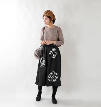 まさにコーディネートの主役に相応しい大輪の花が描かれた刺繍スカート。黒を引き立たせるため、他のアイテムはベージュなどの控えめなカラーでまとめています。美しい花が描かれるだけで、黒のクールさが和らぎ女性らしく仕上がりますね。