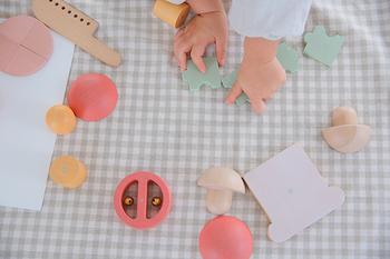 年齢や性別を問わずに、夢中になれる木製のおままごとのおもちゃ。中身が鈴のトマトやパズルになったレタスなど、それぞれのパーツに細かい仕掛けが施されているのも魅力です。