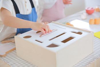 キッチンコンロのプレートを外すと、型はめ遊びができる仕様に。遊びながらお片づけができ、知育もできちゃうおしゃれなおもちゃです。
