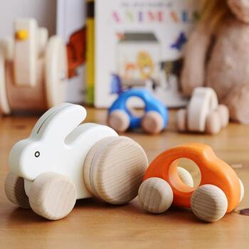 ウサギとビートルの形をした、木製のプッシュトーイ。コロコロと前後に動かすと、ウサギはまるでぴょんぴょんと跳ねるような動きを見せてくれます。ビートルは手にフィットする形で、初めての車遊びにも最適です。