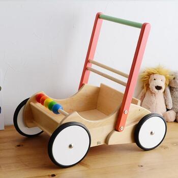 歩き始めの時期にぴったりな、木製のベビーウォーカー。角がないように丸く加工された木材を使用しているので、小さな赤ちゃんも安心してあんよの練習ができます。カート部分に物を入れられるので、お気に入りのぬいぐるみやおもちゃと一緒に、幅広い遊びに活躍♪